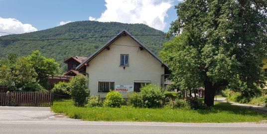 Livold-stanovanjska stavba z zazidljivo parcelo